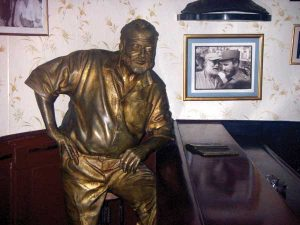 Statue_of_Hemingway_at_Floridita
